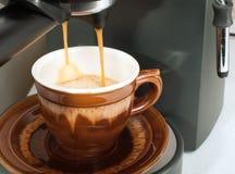 Fabricación de una taza del café express Imagen de archivo libre de regalías