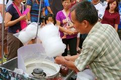 Fabricación del caramelo de algodón Fotografía de archivo libre de regalías