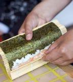 Fabricación del sushi Imagen de archivo libre de regalías