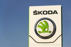 Fabricant d'automobiles automatique de Skoda de logo de société de Volkswagen AG devant le bâtiment de concessionnaire Photo stock