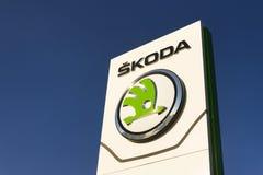 Fabricant d'automobiles automatique de Skoda de logo de société de Volkswagen AG devant le bâtiment de concessionnaire Photographie stock libre de droits