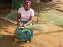 Fabricant de balai d'herbe en Afrique photographie stock