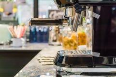 fabricant de café dans la cuisine à la maison Images stock