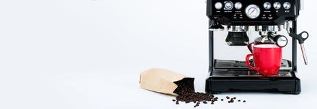 Fabricant de café manuel noir avec la broyeur et la tasse de café rouge et sac des grains de café fraîchement rôtis sur le fond b photographie stock