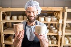 Fabricant de fromage à la cave photo libre de droits