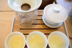 Fabricant de thé et tasse de thé Image libre de droits