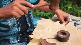 Fabricant en cuir de marionnette à Jogjakarta, Indonésie banque de vidéos