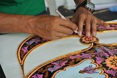 Fabricant malaisien de cerf-volant travaillant à un cerf-volant dans son atelier Photos stock