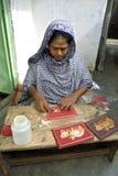 Fabricante de Bangladesh de la tarjeta en el trabajo en lugar de trabajo Foto de archivo