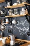 Fabricante de café de aluminio del géiser en el fondo de una pared negra w Imagen de archivo libre de regalías