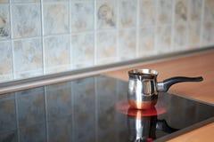Fabricante de café de cobre no fogão bonde fotografia de stock royalty free