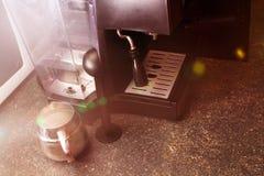 Fabricante de café con los accesorios para hacer el café Imagenes de archivo