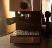 Fabricante de café con los accesorios para hacer el café Foto de archivo
