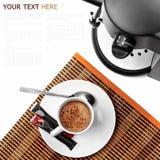 Fabricante de café e café prontos em um fundo branco Fotografia de Stock Royalty Free
