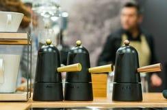 Fabricante de café italiano do estilo com o empregado de bar no fundo fotografia de stock