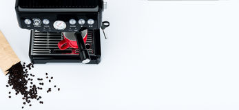 Fabricante de café manual negro con la amoladora y la taza de café roja y bolso de los granos de café recientemente asados en el  Foto de archivo