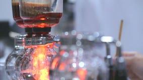 Fabricante de caf? do sif?o da mostra da metragem pelo syphonist filme