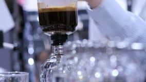 Fabricante de caf? do sif?o da mostra da metragem pelo syphonist video estoque