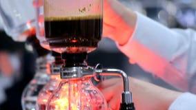 Fabricante de caf? do sif?o da mostra da metragem pelo syphonist vídeos de arquivo