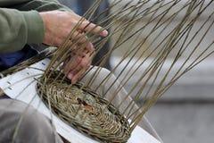 Fabricante de cesta foto de stock