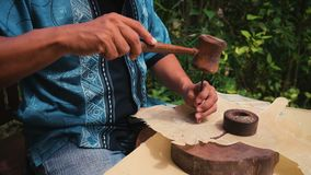Fabricante de couro do fantoche em Jogjakarta, Indonésia video estoque