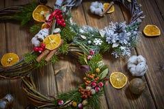 Fabricante de decoración de la Navidad con sus propias manos Guirnalda de la Navidad para el día de fiesta La celebración del Año Imagen de archivo libre de regalías
