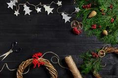 Fabricante de decoración de la Navidad con sus propias manos Guirnalda de la Navidad para el día de fiesta La celebración del Año Imagenes de archivo