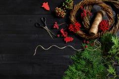 Fabricante de decoración de la Navidad con sus propias manos Guirnalda de la Navidad para el día de fiesta La celebración del Año Foto de archivo