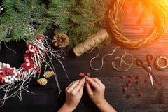 Fabricante de decoración de la Navidad con sus propias manos Guirnalda de la Navidad para el día de fiesta La celebración del Año Foto de archivo libre de regalías