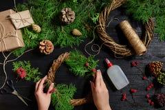 Fabricante de decoración de la Navidad con sus propias manos Guirnalda de la Navidad para el día de fiesta La celebración del Año Fotos de archivo libres de regalías