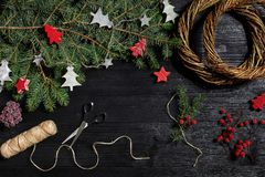 Fabricante de decoración de la Navidad con sus propias manos Guirnalda de la Navidad para el día de fiesta La celebración del Año Imágenes de archivo libres de regalías