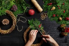 Fabricante de decoración de la Navidad con sus propias manos Guirnalda de la Navidad para el día de fiesta La celebración del Año Fotografía de archivo