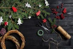 Fabricante de decoración de la Navidad con sus propias manos Guirnalda de la Navidad para el día de fiesta La celebración del Año Fotos de archivo