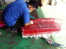 Fabricante de los barcos de la fibra de vidrio Imágenes de archivo libres de regalías