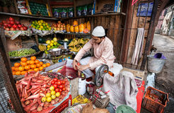 Fabricante del jugo en tienda de la fruta Fotos de archivo
