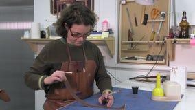 Fabricante del tronco en el trabajo en su taller almacen de metraje de vídeo