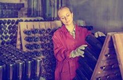 Fabricante del vino que toma el cuidado de las botellas del condimento Fotografía de archivo libre de regalías