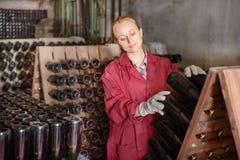 Fabricante del vino que toma el cuidado de las botellas del condimento Foto de archivo libre de regalías