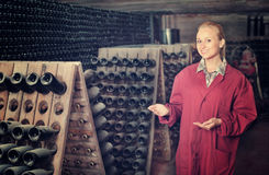 Fabricante del vino que toma el cuidado de las botellas del condimento Fotos de archivo libres de regalías