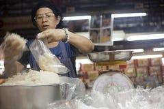 Fabricante do arroz em um mercado em Chiang Mai, Tailândia Fotografia de Stock