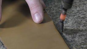 Fabricante do tronco no trabalho em sua oficina vídeos de arquivo