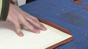Fabricante do tronco no trabalho em sua oficina filme