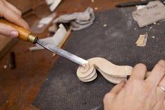 Fabricante do violino do artesão que cinzela um pescoço Imagens de Stock Royalty Free