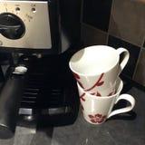 Fabricante e copos de café Imagens de Stock