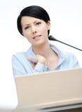 Fabricante fêmea do discurso no pódio imagem de stock royalty free