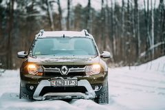 Fabricante francés Renault And Its Romanian de Renault Duster Suv Parked In Nevado Forest Duster Produced Jointly By imágenes de archivo libres de regalías