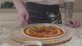 Fabricante irreconocible de la pizza que cocina la pizza en receta italiana tradicional Cocinero que hace la pizza italiana con l metrajes