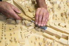Fabricante modelo no trabalho com formão Foto de Stock
