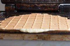 Fabricante quente doce perfumado do waffle dos waffles após o cozimento fotografia de stock royalty free