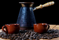 fabricante y granos de café de la Aún-vida Imagen de archivo libre de regalías